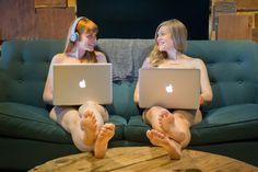 Peut-être que lorsqu'on ne porte pas de vêtements, on se sent plus libre et donc : on travaille mieux au bureau!