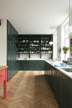 Hjemme hos Sara: Køkkenet open shelving in kitchen, green cabinets amazing Modern Kitchen Interiors, Luxury Kitchen Design, Best Kitchen Designs, Luxury Kitchens, Interior Design Kitchen, Cool Kitchens, Kitchen Modern, Living Room Kitchen, Home Decor Kitchen
