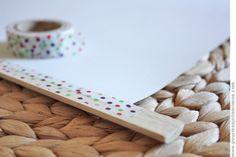 Même caché, le masking tape a son utilité ! Ici pour fixer un poster sur une baguette en bois (motif drop pink)