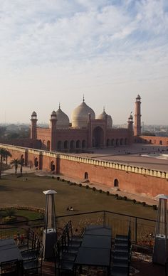 Badshahi Mosque is the Mughal era mosque in Lahore. This is one of the most beautiful and historical mosques. Then, Hurry Up and travels is allowing you to travel across Pakistan. Pakistan Reisen, Pakistan Art, Pakistan Travel, Lahore Pakistan, Wonderful Places, Beautiful Places, Pakistani Culture, Great Buildings And Structures, Modern Buildings