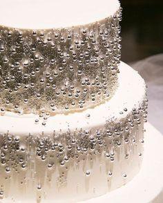 * ウエディングケーキはアラザンのみを使った ホワイトケーキにしました * ぴったりのイメージ写真がなかなか見つからず 自分でスケッチを描いて希望を伝えたので 当日にケーキを見るまではドキドキ * 写真だとあまり伝わらないけどアラザンに照明が当たって キラキラと輝いていてとーっても素敵でした * シンプルゆえの美しさ * #卒花 #マンダリンオリエンタル東京 #結婚式 #wedding #卒花嫁 #mandarinorientaltokyo #ウエディング #結婚式当日 #weddingcake #ウエディングケーキ #whitecake _______________________ Photography @antswedding Florist @sayuri_tsuneishi