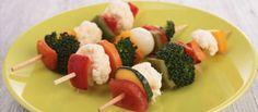 Las recetas de verduras pueden ser divertidas y atractivas para los niños, y si no prueba con esta receta de brocheta de verduras con salsa de yogur, una receta infantil fácil de preparar y divertida para comer.