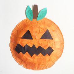 Et une nouvelle citrouille 🎃 !! Cette fois ci, on a collé des carrés de papier de soie sur une assiette en carton! Facile et rapide et ma fille est super contente !!Retrouvez plein d'idées pour Halloween 👻 sur le blog (tapez Halloween dans la boîte de recherche) Ma fille est super motivée, elle veut en faire tous les jours donc préparez vous à voir d'autres activités manuelles prochainement !!!...#activiteenfant #activitemanuelle #assietteencarton #halloween #feterhalloween #fetedhalloween…