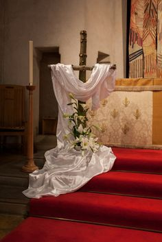 decoration eglise Decorating the Church for Easter Easter Altar Decorations, Church Christmas Decorations, Easter Decor, Easter Flower Arrangements, Easter Flowers, Altar Design, Crosses Decor, Easter Cross, Church Flowers