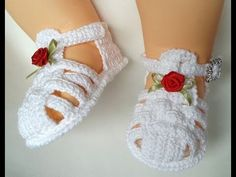 This Pin was discovered by jul Crochet Baby Bloomers, Crochet Baby Boots, Crochet Baby Sandals, Booties Crochet, Crochet Baby Clothes, Baby Girl Sandals, Baby Booties, Baby Shoes Pattern, Baby Patterns