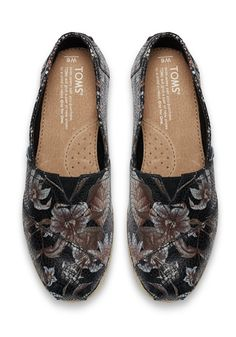 Show your artsy side in these printed leather Classics. Featuring a floral print, these slip-ons will spice up your ensemble and are perfect for everyday wear. Shoe Game, Cute Shoes, Wedding Accessories, Spice, Espadrilles, Black Leather, Footwear, Loafers, Slip On