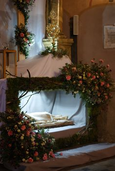 christmas church decoration - New Year Easter Altar Decorations, Lent Decorations For Church, Easter Flower Arrangements, Floral Arrangements, Christmas Crib Ideas, Altar Design, Church Flowers, Church Activities, Holiday Decor