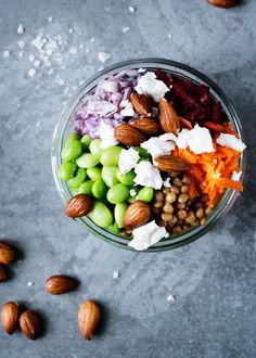 Sophie Vedel Dalgaards kogebog 'Food in a Jar' er netop udkommet og ELLEs Health Editor, Stephanie Bang har udvalgt fire sunde favoritopskrifte, som vi vil dele med jer. Her får du den sidste opskrift på hendes powersalat der med sine grønne linser, edamamebønner og mandler er et godt alternativ, hvis du ikke ønsker kød i din salat.