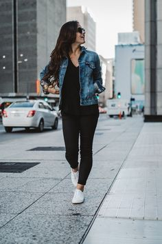 White Sneakers: How To Style White Sneakers This Fall Source by casuales tenis mezclilla Casual Date Night Outfit, Casual Chic Outfits, Casual College Outfits, Curvy Outfits, Trendy Outfits, Fashion Outfits, Night Outfits, Woman Outfits, Club Outfits