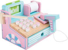 caisse en bois aux coloris pastel joliment décorée et pratique avec de nombreuses fonctions de la marque Legler. Parfaites pour compléter les boutiques de marchandes. A partir de 3 ans+