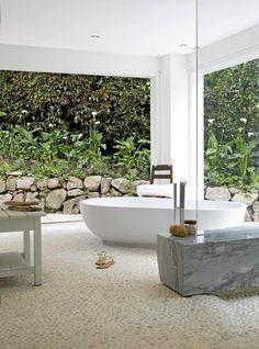 Freistehende Badewanne in einem Badezimmer