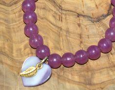 Bracelet agate avec brelogues (coeur nacre et plume en couleur d'or) Elastique pour s'adapter à tous les poignets.