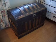 how to redo the inside of the trunk-corrugated cardboard, fabric, hot glue.This is just what I need to refinish an old trunk I inherited. Old Trunks, Vintage Trunks, Trunks And Chests, Vintage Wood, Antique Trunks, Wooden Trunks, Antique Boxes, Trunk Furniture, Diy Furniture