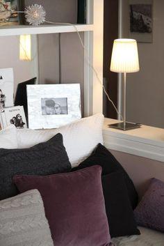 Déco Salon Blanc Aubergine Romantique // http://www.deco.fr/photo-deco/decoration-appartement-romantique-girly-paris-059-3698278.html