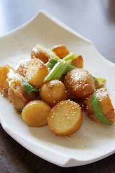 楽天が運営する楽天レシピ。ユーザーさんが投稿した「冷めても美味しい『味噌じゃが』」のレシピページです。帰省したときに、母に教えてもらいました。皮付きジャガイモと、大きめに切ったネギがポイントです。。惣菜。じゃがいも,長ネギ,ごま油,----- 合わせ調味料 -----,味噌(だし入り),みりん,砂糖,----- トッピング -----,すりごま