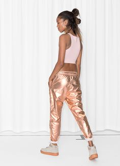 & Other Stories image 3 of Metallic Joggers in Bronze/Copper Best Street Style, Street Style Outfits, Chic Outfits, Fashion Outfits, Sport Fashion, Fitness Fashion, Womens Fashion, Sparkly Outfits, Sport Outfit