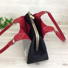 去年、オーダーや再販依頼を多数頂いた「がま口ポケットバッグ」がリニューアルして更に可愛くなりました♪▶変更箇所・内側ポケットがファスナーポケット・内布変更 長財布もすっぽり入るがま口バッグです。ポケットで本体を包み込むデザインで使い勝手も抜群です。ポケットには上質なレースを丁寧に縫い付けました。どんなシチュエーションにも使える2パターンのデザインになっています。本体内側・外ポケットの内側にもポケット付き。60センチの持ち手を使用しているので、肩から掛けてもハンドバッグとしてもお使いいただけます。汚れ防止のために、底鋲を付けました。※こちらのがま口は手作り屋・万莉の型紙を使用しています。●カラー:本体外:黒 / 内:赤 /持ち手:赤 口金:AG●サイズ:底:幅27センチ×マチ10.5センチ 横幅最大33センチ 高さ17センチ(持ち手含まず)●素材:表布・裏布ともに綿 持ち手:合成皮革●注意事項・ガマ口の構造上、詰め込みすぎにはご注意ください。口金が閉まらない、口金が外れる等、思わぬトラブルの原因となります。・がま口は水洗いできません。お使いいただく前に防水ス...