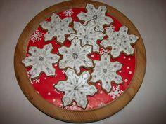 """Halusin luoda jotain mikä ei ollut niin """"näyttävää"""", mutta siltikin toi talvellisen fiiliksen sydämmeen. Valko-hopeat lumihiutaleet olivat hyvä ratkaisu! - by Linda -- #Piparkakku #Joulu #PipariBattle2013"""