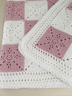 Gehaakte Baby deken of gooien patroon - Arielle van Square Dit patroon is ontworpen voor mijn nichtje als huwelijksgeschenk. Ik wilde een tijdloze maar toch eenvoudig vierkant dat kan worden gebruikt voor een gooien, een baby-deken, of zelfs als een tabel runner. Het kwam heel elegant. Dit zal je TomTom go naar het patroon van een bruiloft cadeau of baby douche. Het plein is ZEER eenvoudig, vooral omdat het één kleur, dus je hebt heel weinig uiteinden te weven. De fotos tonen een baby…
