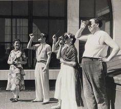Diego Rivera y Frida Kahlo mirando el #eclipse  solar en 1932.