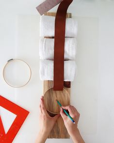 DIY Towel Storage Idea for A Small Bathroom, – Towel hanger diy Pet Food Storage, Diy Storage, Small Storage, Diy Furniture Projects, Recycled Furniture, Woodworking Projects, Diy Projects, Diy Wall Decor, Diy Home Decor