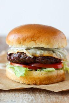 Aprenda como fazer hambúrgueres caseiros suculentos e com apenas 5 ingredientes.