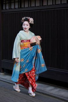 Women kimonos are usually bright in colour and have very intricate patterns