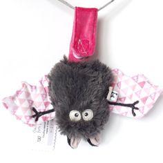 Chauve souris porte bonheur couleur fraise tagada - par Lune et Lucifer - La Fabrique des doudous monstres made in Bretagne