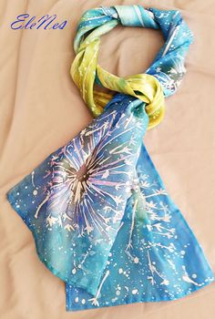 C est le foulard en soie peinte à la main avec des grosses fleurs blanches 94658527449