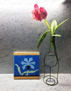 Cementina salentina, tulipano e bottiglia e bicchiere di Sciortino