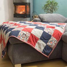 Eine selbstgenähte Patchworkdecke eignet sich sehr gut als hübscher Bettüberwurf, kuschelige Sofadecke oder als individuelles Geschenk zur Geburt. Es ist zwar ein etwas aufwändigeres Nähprojekt, das ein bisschen Zeit in Anspruch nimmt, aber auf keinen