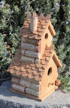 Double Decker birdhouse, wood and wine corks. Christi, I am probably going to jack a couple (or maybe most) of your cork screw collection to make this. Wine Craft, Wine Cork Crafts, Wine Bottle Crafts, Wine Cork Projects, Craft Projects, Wine Cork Birdhouse, Crafts To Make, Diy Crafts, Wine Cork Art