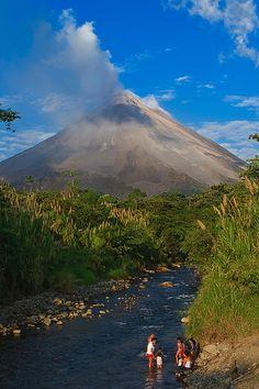 ¡No es un cuadro! Es el volcán arenal en #CostaRica. Tiene una altura de 1.670 msnm. El volcán se encuentra dentro del Parque Nacional Volcán Arenal. #OjalaEstuvierasAqui #BestDay