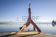 Obraz pięknej kobiety robi joga na jezioro Zdjęcie Seryjne - 16617837