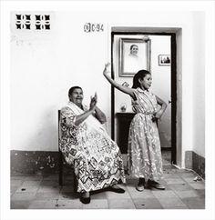 Tía Juana la del Pipa and her granddaughter Manuela. Seville, 1983. Photo by Gilles Larrain.