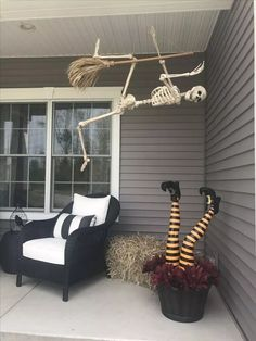 fall decor ideas for the porch 65 creative halloween party decor ideas to inspire you page 25 Halloween Veranda, Halloween Home Decor, Outdoor Halloween, Diy Halloween Decorations, Halloween Crafts, Halloween Lanterns, Mode Halloween, Spooky Halloween, Holidays Halloween