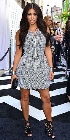KIM KARDASHIAN    Para un evento de E! en Nueva York, la estrella de Keeping Up With The Kardashians complementó un minivestido estampado de Azzedine Alaïa con zapatillas Jimmy Choo en negro, cartera de mano Bottega Veneta también en negro y pulseras tipo cuff plateadas.