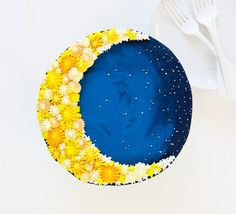 Using a simple technique for cake decorating can create a beautiful design! Some yellow and blue frosting and a few decorating tips are all you need to create this Crescent Moon Cake! To make this cake you will need: chocolate cake recipe double batch but Cake Decorating Designs, Creative Cake Decorating, Creative Cakes, Cookie Decorating, Cake Designs, Buttercream Cake Decorating, Decorating Ideas, Eid Cake, Blue Frosting