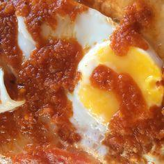 """Close-up de mi plato de tallarines de arroz, con salsa de tomate casera + huevo """"tipo frito"""", o sea lo hago como si fuera frito pero en vez de aceite le pongo agua.  Hacer salsa de tomate casera es mucho más saludable que las compradas y con menos grasas que otras salsas que llevan crema, mantequilla o queso. Receta aquí: http://instagram.com/p/1RE9qglWpU/  #saludable #huevos #salsadetomate #healthy #eggs #foodporn"""