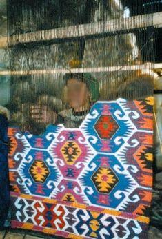 Weaving a kilim Weaving Tools, Loom Weaving, Turkish Pattern, Weaving Textiles, Textile Patterns, Kilim Rugs, Rugs On Carpet, Vintage Rugs, Kilims