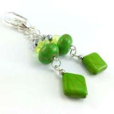 Kolczyki z zielonym howlitem, szklanymi kwiatuszkami  i srebrnymi kryształkami.