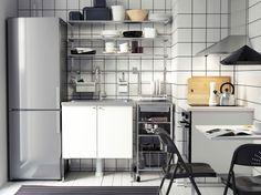 Cocina moderna en blanco y acero inoxidable con frontales y módulos independientes HÄGGEBY