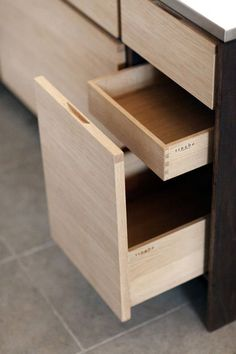 Tingbo kitchen dovetail corners on kitchen drawers, sleek cabinets, pretty Kitchen Drawers, Kitchen Storage, Drawer Storage, Drawer Handles, Plywood Furniture, Furniture Design, Chair Design, Modern Furniture, Plywood Kitchen