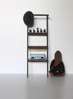 Noir, a nova coleção de Hugo Sigaud + Veromobili, é uma interpretação do trabalho contemporâneo que organiza os objetos de forma aberta, sem gavetas e divisórias, e se integra ao ambiente de morar. A arara é uma peça simples com três níveis de estantes e uma barra para pendurar roupas. Prateleiras de compensado, frame de Pinus ebanizado preto
