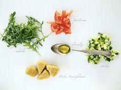 Rukkolás saláta Aranyfalatokkal hozzávalói: rukkola, paradicsom, uborka, olívaolaj, Medve Aranyfalatok