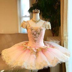 オーロラact1 ✨ お袖をレースに替えて✨ チュチュの裾周り、首飾りと同じレースでお作りしました チュールのお袖と雰囲気がまた変わりますね〜✨ どちらも素敵です #ballet #costume #tutu #princess #aurora #act1#バレエ衣裳#バレエ衣装製作 #バレエ衣装オーダー#オーダーメイド#手作り#オーロラ#ローズ#バレエコンクール#衣装 Dance Recital Costumes, Girls Dance Costumes, Tutu Costumes, Ballet Costumes, Dance Outfits, Tutu Ballet, Cute Dresses, Flower Girl Dresses, Ballet Russe