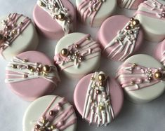 De blanc chocolat Oreo or Rose or et argent Bridal Shower Pink Chocolate, Chocolate Hearts, Chocolate Covered Strawberries, Chocolate Dipped, Dipped Oreos, Dessert Boxes, Dessert Table, Double Stuffed Oreos, Chocolate Covered Treats
