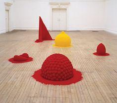 Anish Kapoor 'Reflect An Intimate Part Of The Red' 1981 - Abstract in de beeldhouwkunst, niets meer herkenbaar enkel een gevoel of idee zichtbaar