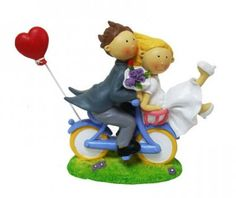 Novios en bicicleta con corazon