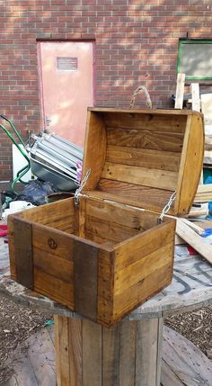 Pallet Furniture Projects Treasure Chest Out of Repurposed Pallet Wood Pallet Boxes Pallet Crafts, Diy Pallet Projects, Wood Crafts, Woodworking Projects, Pallet Ideas, Craft Projects, Woodworking Classes, Pallet Designs, Woodworking Workbench